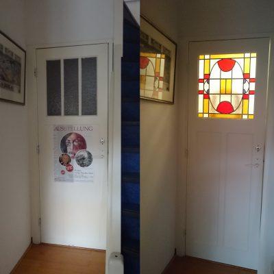 het glas en de houten roeden zijn verwijderd en een op maat gemaakt glas in lood raam is erin geplaatst.  Ook de bedekkingsplaat is verwijderd zodat de paneeldeur weer zichtbaar is.