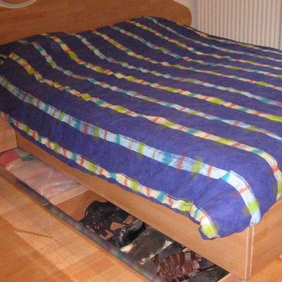 bed met lades van beukenhout