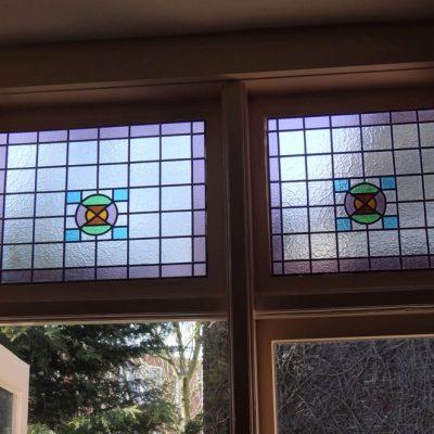 de 2 geplaatste glas in lood ramen