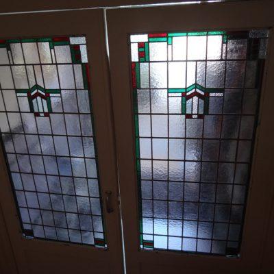 de 2 teruggeplaatste gerestaureerde glas in lood ramen