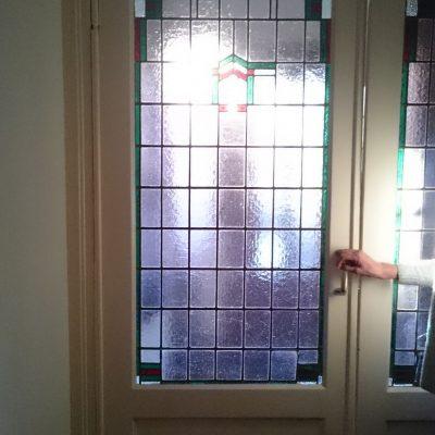 restauratie glas in lood; vanwege het vergane lood, kapot glas en verzakking (bol staan) wordt het raam uit elkaar gehaald en opnieuw in gelood
