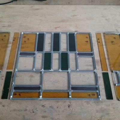 2 bestaande ramen  werden aangeboden en moesten met 4,5 cm verbreed worden; na het loshalen, zijn de extra stukken glas passend gesneden