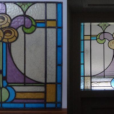 gerestaureerd en geplaatst Jugendstill glas in lood; versmald en kapotte glaasjes vervangen