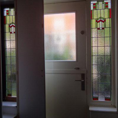 de 2 gemaakte glas in lood ramen zijn geplaatst