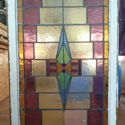 oud glas in lood raam wordt gerestaureerd en aangepast