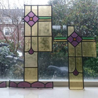 van de restanten worden 2 nieuwe glas in lood ramen gemaakt