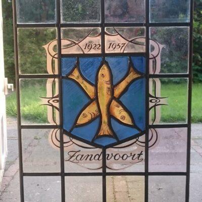 gebrandschilderd wapen van Zandvoort glas in lood Kerkpad Zandvoort werd in nieuw lood gezet